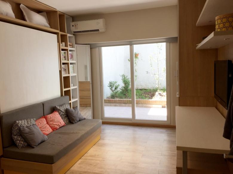 Un departamento minimalista, de 18 m2, con muebles funcionales y rebatibles