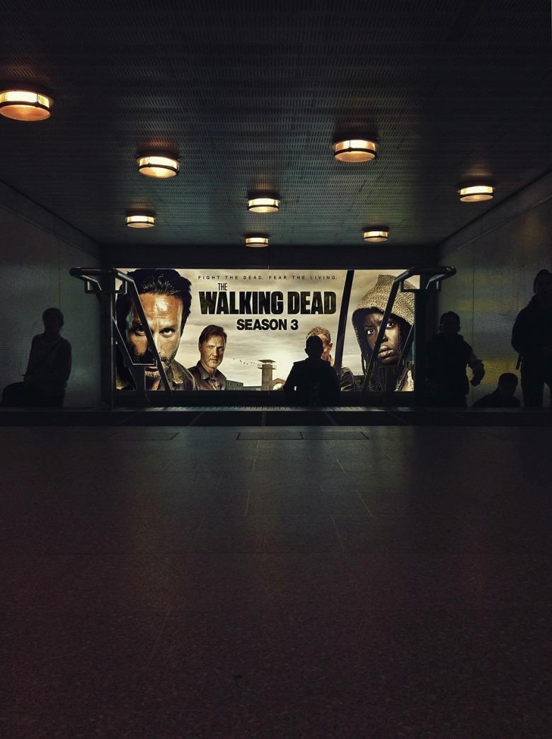 cartel de the walking dead en el subte
