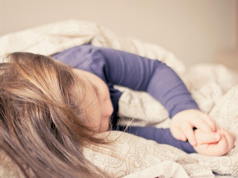 niña duerme en una cama