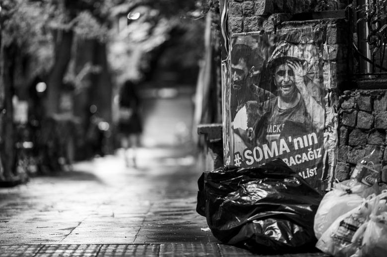 dos bolsas de basura en la calle