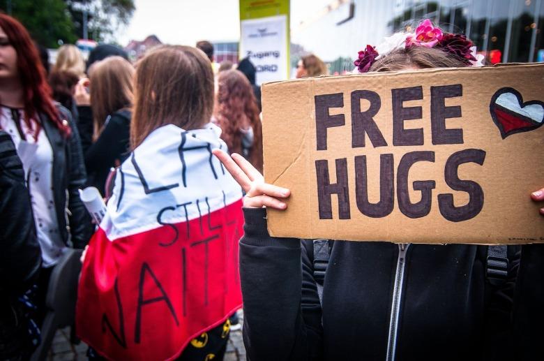 Una manifestación callejera que pide abrazos gratuitos