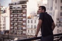 un joven en un balcón