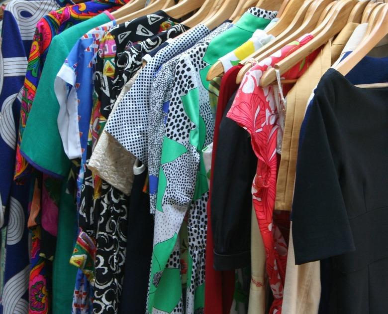 mucha ropa colorida colgada en un perchero