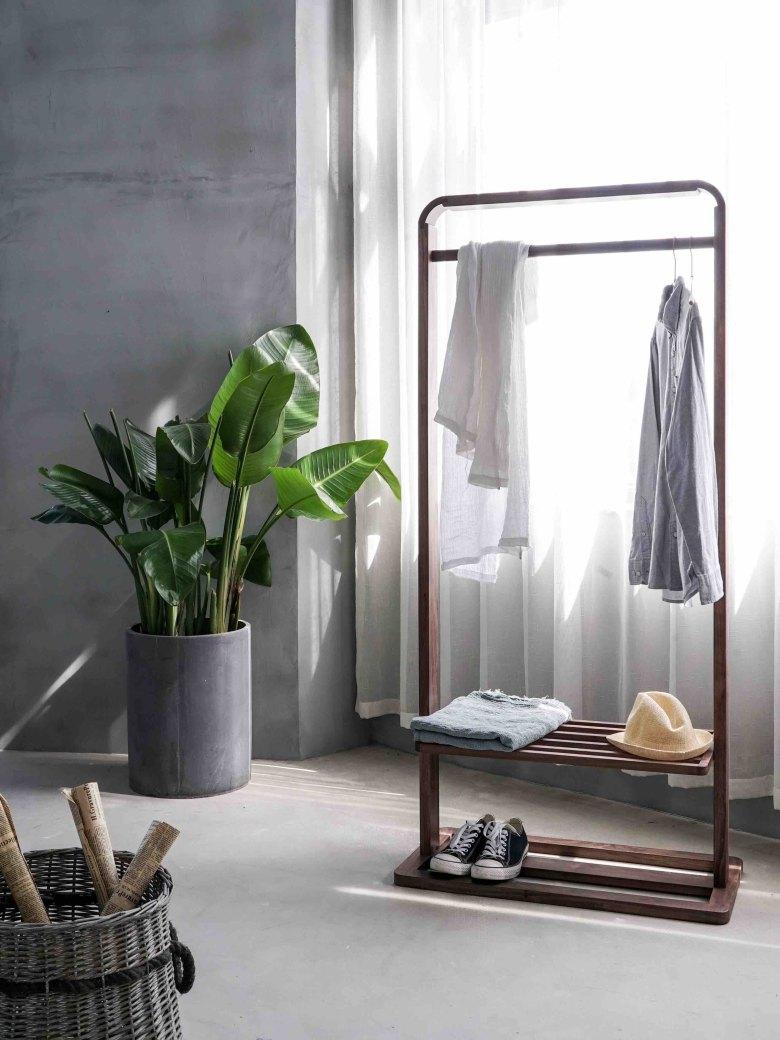 ropa colgada en una habitación minimalista