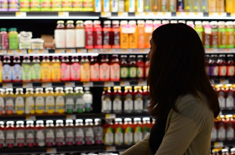una chica en un supermercado