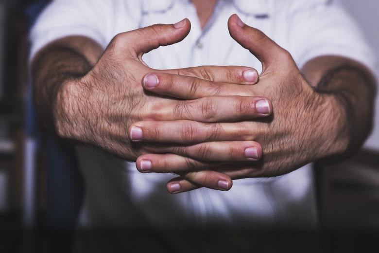 manos entrelazadas de un hombre